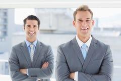 2 бизнесмена усмехаясь на камере Стоковые Изображения