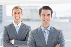 2 бизнесмена усмехаясь на камере Стоковое Изображение RF