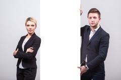 2 бизнесмена: человек и женщина стоят с обеих сторон o Стоковая Фотография RF