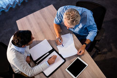2 бизнесмена читая документ и взаимодействуя Стоковые Изображения