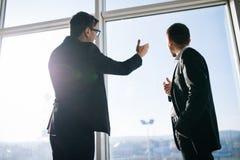 2 бизнесмена dicussing будущие бизнес-планы Стоковое Изображение