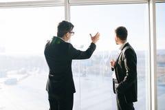 2 бизнесмена dicussing будущие бизнес-планы Стоковые Фотографии RF
