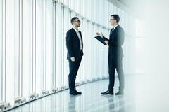 2 бизнесмена dicussing дело Стоковые Фотографии RF