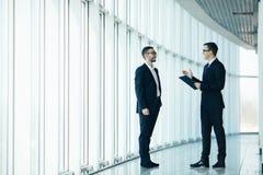 2 бизнесмена dicussing дело Стоковая Фотография RF