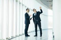 2 бизнесмена dicussing изменять здания Стоковое Изображение RF