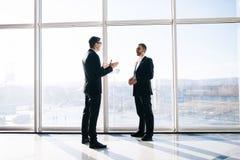 2 бизнесмена dicussing перспективы дела Стоковые Фото