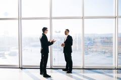 2 бизнесмена dicussing перспективы дела Стоковые Фотографии RF