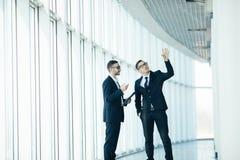 2 бизнесмена dicussing Стоковое Изображение RF
