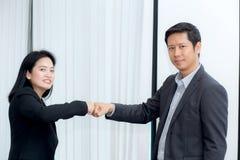 бизнесмены давая кулак bump после достижения дела в конференц-зале стоковые изображения