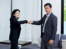 бизнесмены давая кулак bump после достижения дела в конференц-зале стоковая фотография rf
