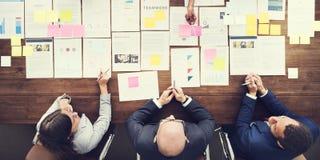 Бизнесмены анализируя концепцию статистик финансовую стоковое изображение