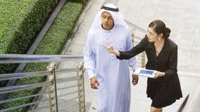 Бизнесмены арабских умных человека и женщины Азии говорят Стоковые Фото