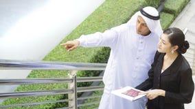 Бизнесмены арабских умных человека и женщины Азии говорят Стоковые Фотографии RF