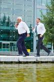 2 бизнесмены бежать к встречать Стоковые Фото