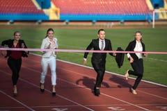 Бизнесмены бежать на гоночном треке Стоковые Фото