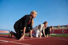 Бизнесмены бежать на гоночном треке Стоковое Изображение