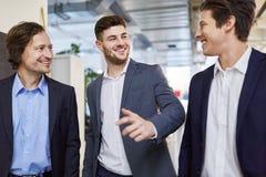 Бизнесмены беседуя и делая бессодержательный разговор Стоковая Фотография RF