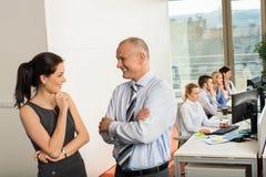 Бизнесмены беседуя в офисе Стоковые Изображения RF