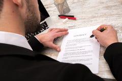 бизнесмены бизнесмена заключают контракт его другое подписывая вахта 2 Стоковое Изображение RF