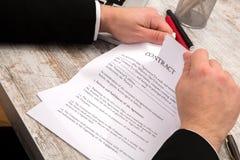 бизнесмены бизнесмена заключают контракт его другое подписывая вахта 2 Стоковая Фотография
