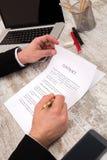 бизнесмены бизнесмена заключают контракт его другое подписывая вахта 2 Стоковое Изображение