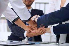 Бизнесмены бизнесменов группы собирают счастливую показывая сыгранность и соединяя руки или давать 5 после подписания Стоковые Фото
