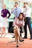 Бизнесмены - босс и работники в офисе Стоковое Фото
