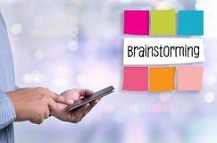 Бизнесмены бредовой мысли m рабочей группы людей метода мозгового штурма Стоковые Изображения