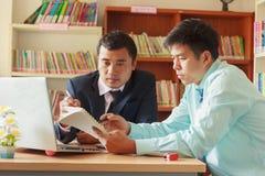 Бизнесмены взаимодействуя на встрече в офисе стоковые изображения rf