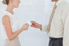 Бизнесмены визитной карточки обменивая Стоковые Фото
