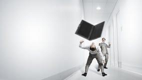 2 бизнесмены воюя друг с другом Стоковая Фотография