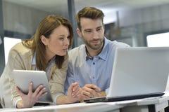 Бизнесмены во время встречи работая на компьтер-книжке Стоковое Изображение RF