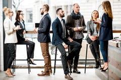 Бизнесмены во время перерыва на чашку кофе Стоковые Изображения