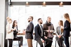 Бизнесмены во время перерыва на чашку кофе Стоковые Фото