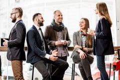 Бизнесмены во время перерыва на чашку кофе Стоковое Изображение