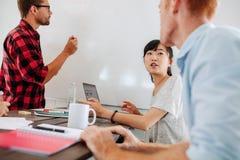 Бизнесмены встречая в конференц-зале запуска Стоковые Фото