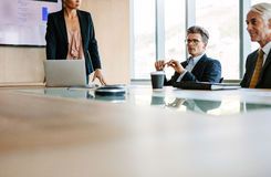 Бизнесмены встречая в конференц-зале Стоковая Фотография