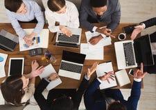 Бизнесмены встречая в офисе, взгляд сверху Стоковые Фото