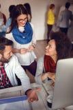 Бизнесмены встречая в офисе для того чтобы обсудить проект Стоковые Изображения