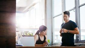 Бизнесмены встречая в офисе и обсуждая проект Стоковые Изображения RF