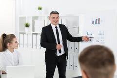 Бизнесмены встречая в офисе для того чтобы обсудить проект Стоковое Фото