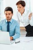 Бизнесмены встречая в офисе для того чтобы обсудить проект Стоковое Изображение RF