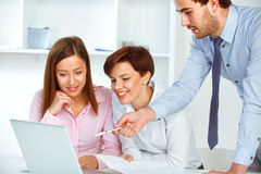 Бизнесмены встречая в офисе для того чтобы обсудить проект Стоковое фото RF