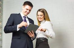 Бизнесмены встречая в офисе для того чтобы обсудить проект Стоковое Изображение