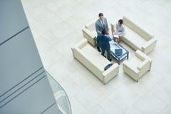 Бизнесмены встречая в офисе Hall стоковая фотография rf
