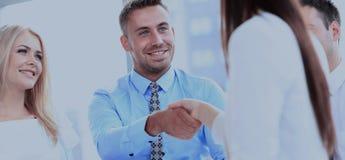Бизнесмены встречая в современном офисе Стоковые Изображения RF