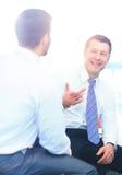 Бизнесмены встречая в современном офисе Стоковые Изображения