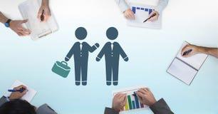Бизнесмены встречая значок портфеля и руки работая на столе Стоковое Фото