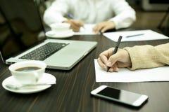 Бизнесмены встречая и используя компьютер-книжку Стоковое Изображение RF