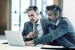 Бизнесмены встречая и обсуждая новый проект Стоковое Изображение RF